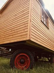 Bauwagen Zirkuswagen Rosettenschrauben Holzverschalung Sibirische Lärche Holzrundbogen Zinkdachrinne Anhänger lackierte Felgen