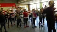 Die Tanzworkshops in der Mittelpunktschule in Angersbach kamen besonders gut an. Sehr konzentriert erlernten die Schülerinnen und Schüler eine ausgefeilte Choreographie.