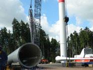 Der große 750 Tonnen schwere Kran hievt die Turmteile in die Luft.