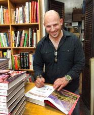 Jeffrey Weiss con su libro