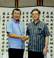 沖縄出店を報告したセブンイレブンジャパンの古屋社長(写真左)と翁長知事=9日午前、県庁