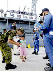 祖納港に避難誘導された住民らと、名簿で本人照合を行う自衛隊員=10日午前、与那国町