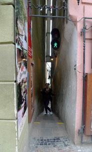 engste Gasse von Prag mit Ampelverkehr