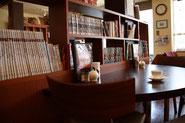 1階には「ヒカルの碁」全23巻もあれば「書の宇宙」全24巻も。中原淳一のムック本や絵本に別冊太陽、などなど見るだけで楽しい本がいっぱい。2階には1階に収容しきれない数々の珍本が隠されているとか
