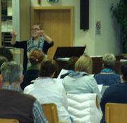 Julia Brock bei der Arbeit mit dem Chor