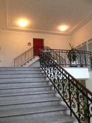 Mit Ausnahme der Eingangshalle die einzige noch originale Inneneinrichtung: das Treppengeländer im Dachstock