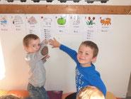 Mathys et Mathis nous montrent leur prénom sur l'abécédaire.