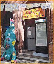 Kinder malten das Transparent, das auf den Lebensmittel-Tausch im Fair-Teiler hinweist.