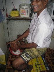 自らの手を使いココナッツを擦るタアッタ