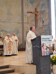 von links nach rechts Abt Andreas Range, der Pfarrer der Slowakischen Gemeinde Jurej Sabados; vorne Pfarrer Rolf Glaser