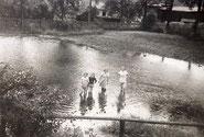 1940 watende Kinder im Hüllwasser