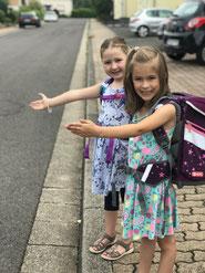"""Sophie Prentzell (links) und Leonie Lehberger aus der Wasserwerkstraße in Riegelsberg gehen zu Fuß in die Lindenschule in die """"Erdmännchenklasse""""."""