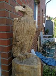 Die fertige Adler-Skulptur - handgesägt und mit typischem Blick