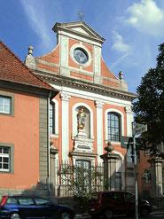 Fassade der Seminarkirche; davor das frühere Haupttor des Lüchtenhofs am Brühl