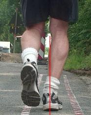 auf der Joggingmeile ein alter Laufschuh, er hat keine Dämpfung mehr, hier in der Dynamik zu sehen