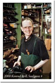 Schuhmacherei Baumbach - 2000 - Konrad Brill vor seinem Geschäft in der Saalgasse 4