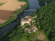 le chateau de Cenevières dans un site extraordinaire