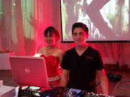 Posando para la foto deyanira y nuestro dj de Karaoke Luz y Sonido