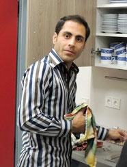 Ibrahim aus Afganistan hilft auch gern mit.