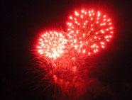 Das Feuerwerk in Rot symbolisiert die wieder fliessende Energie durch die Harmonisierung der Meridianlinien.