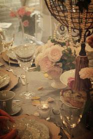 テーブルは花弁が彩りを添えるクラシカルな雰囲気