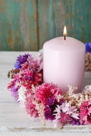 Kerze und Blumenschmuck