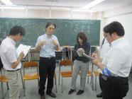 授業後に、蓮池薫さんを囲んで新聞記者のインタビュー。