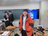 生徒が南極の防寒具の試着体験
