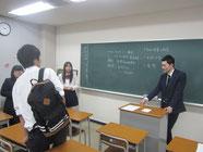 講話が終わっても塩野さんに話しかける生徒たち。