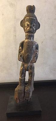 Héritages des Arts Premiers - Statuette Yoruba/Nigéria - Bois et pigments - 53 cm sur socle métal - inclinaison naturelle oeuvre sur la droite