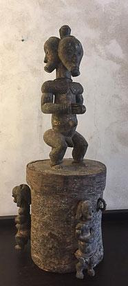 Héritages des Arts Premiers - Reliquaire Fang/Gabon - 3 gardiens - Bois, écorce, laiton, fibres naturelles - 70cm - Patine croûteuse