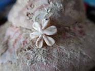 Pendentif nacre de troca, la fleur de frangipagnier