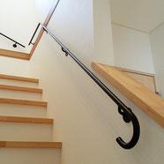 階段に、オシャレでかわいいシンプルスチール手すり