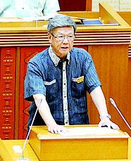 県議会で答弁する翁長知事(5日)