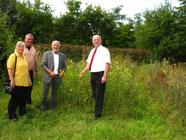 Peter Winter (rechts im Bild) zeigt sich begeistert und interessiert von der Artenvielfalt am Energiepflanzenbeet