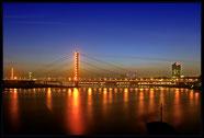 Rheinkniebrücke Düsseldorf zur blauen Stunde