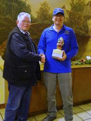 Spielwart Günther gratuliert Thomas zum Wanderpokal