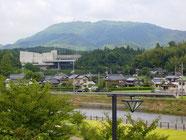 岸信介公園から田布施川をはさみ石城山を望みます。大きな建物は天照皇太神宮教です。