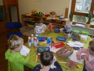 Kinder beim kreativen gestalten
