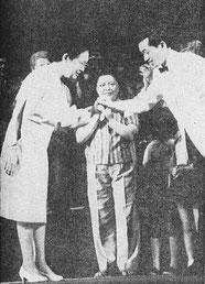 歌劇「沖縄」公演舞台で、指揮者・出演者と握手する関鑑子氏