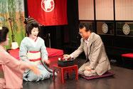 箸拳に負ければ杯の日本酒を飲む