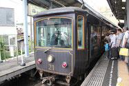 鎌倉駅から江ノ島電鉄に乗って長谷寺へ行く。電車は都会のラッシュ時のように超満員。江ノ電の沿線には、電車を撮るためカメラを構えたマニアが多い。