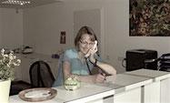 Maria am Empfang nimmt gern Ihre  telefonische Terminvereinbarungen entgegen