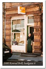 Schuhmacherei Baumbach -2000 - Konrad Brill vor seinem Geschäft in der Saalgasse 4