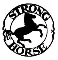 Een Cirkel met detek Strong Horse, met daarin een steigenend paard, alles uitgevoerd in wit/zwart.
