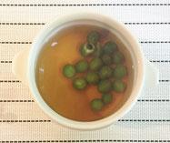 茶碗蒸しの上にグリーンピースのコンソメスープ