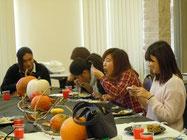 料理を楽しむ留学生達