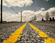 Endlose Straße: Symbol für die Sinnsuche in Psychotherapie und Coaching.