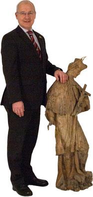 Dietmar Hübsch mit der Skulptur  des hl. Johannes Nepomuk im Religiosraum des ALSEUMS