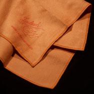 LAUBACH-High-Tech- платочек с оверлоченными краями из микропористого волокна с лёгкостью снимает остатки канифольной пыли, жира и пота с лаковой поверхности скрипки, виолончели, альта, контрабаса и смычков